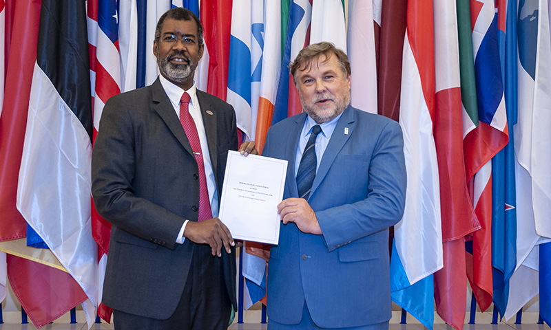 Photo of ENEN President and NEA Director-General holding MoU together